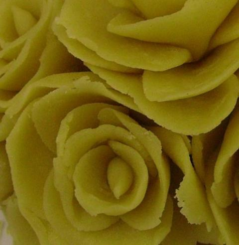 The edges of the petals are slightly torn because of the composition of short pastry.